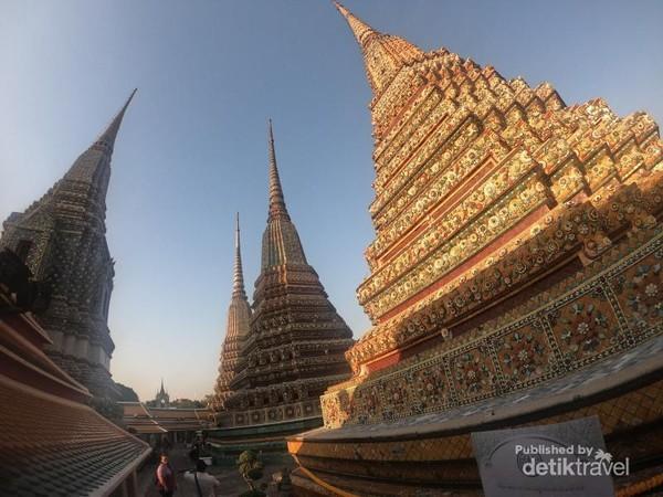 Terdapat empat pagoda yang melambangkan masa pemerintahan Raja Rama 1 - 4.