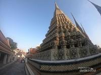 Masing-masing pagoda dindingnya dilapisi mosaik porselen warna-warni yang indah