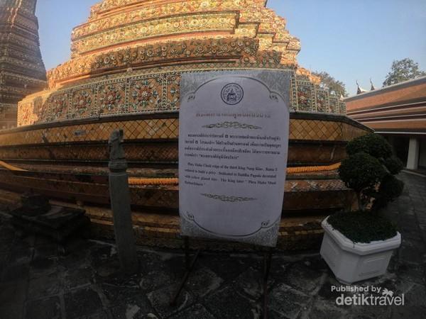 Tidak perlu kebingungan, sebab terdapat papan petunjuk dalam bahasa Thailand dan Inggris untuk memahami cerita dibalik masing-masing pagoda