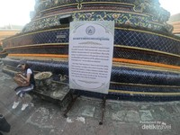 Namun pagoda ini hanya dibangun sampai dengan masa pemerintahan Raja Rama 4, yang pagodanya dilapisi warna biru gelap