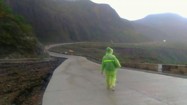 Jika memilih berjalan kaki, kamu harus berjalan sekitar 5 kilometer. Dan jangan lupa pakai jas hujan agar tidak kedinginan