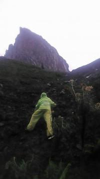 Perlu sedikit perjuangan untuk melihat keindahan kawah dari lereng Gunung Sumbing
