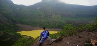 Dan itulah kawah Gunung Kelud, yang berwarna kecoklatan selepas hujan. Disini kamu juga bisa melihat puncak Gunung Kelud (1731 mdpl) secara jelas