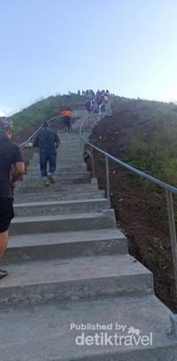 Sekarang pengunjung sudah terbantu dengan tangga yang berjumlah 120 anak tangga