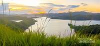 Bukit ini terletak persis di Danau Sentani