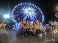Saya bersama teman-teman di depan Asiatique Sky ferris wheel