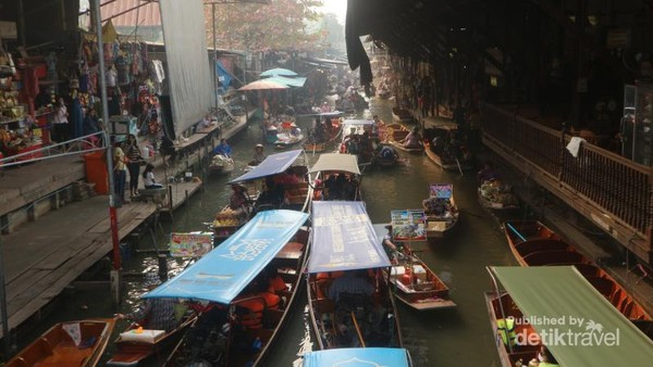 Damnoen Saduak floating market adalah pasar apung tertua yang ada di Thailand