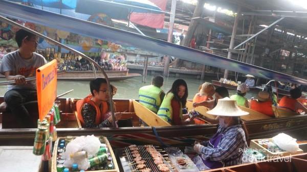 Pengunjung pun tidak perlu takut tercebur sebab di perahu sudah tersedia pelampung