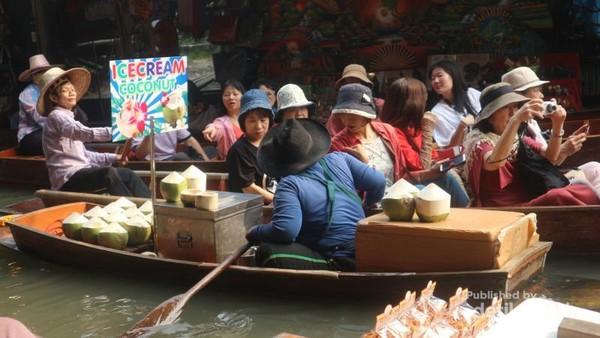 Mulai dari es krim, makanan berat, makanan ringan, aneka buah dan souvenir dijual pedagang dari atas perahunya
