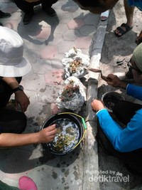 Transplantasi terumbu karang dengan substrat semen selain juga ada metode tertentu untuk menumbuhkan karang. Terumbu karang juga berperan sebagai penyerap karbon dengan potensi sebesar 111 juta ton per tahun. Ikan karang yang bernilai ekonomis juga bertempat tinggal di sana, juga bermanfaat untuk mengurangi energi gelombang laut. Terumbu karang bikin nelayan dapat melaut dengan tenang dan hasil tangkapannya juga banyak