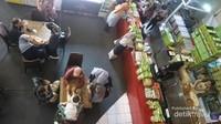 Ramainya pengunjung yang memadati toko