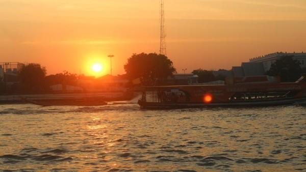 Kapal yang sedang melintas di Sungai Chao Phraya