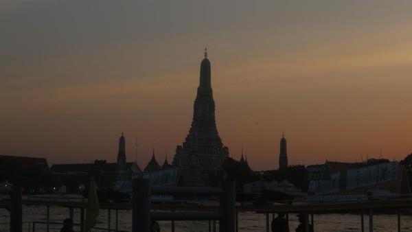 Saat langit mulai gelap, namun Wat Arub dari kejauhan tetap memancarkan pesonanya