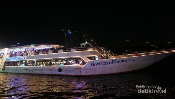 Dari dermaga Asiatique kita bisa naik ke kapal, dan bersantap di tengah sungai Chao Phraya, namun tentu biayanya tidak murah