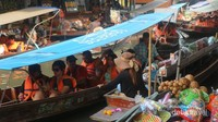 Mulai dari es krim, makanan ringan, makanan berat, buah-buahan dan souvenir dijajakan para pedagang di atas perahu