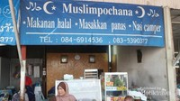 Jangan kuatir, di pasar ini juga tersedia makanan halal