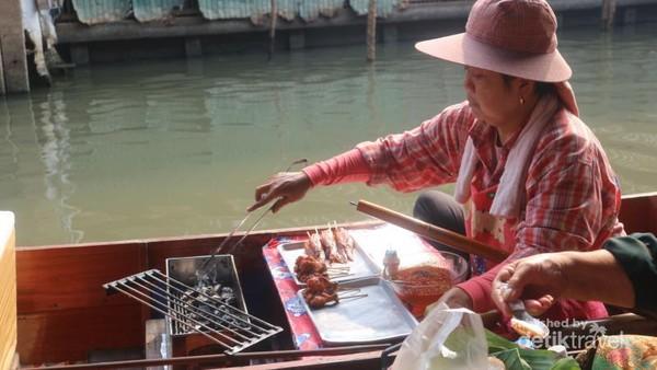 Pedagang sudah terbiasa mengolah dan memasak makanan langsung di atas perahu