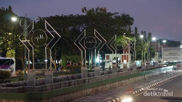 Lima pilar bertuliskan 5 rukun islam