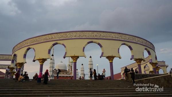 Koleksi Al-Quran raksasa terletak di dalam masjid.