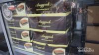 Selain lapis legit, tersedia juga kue lapis Surabaya dan kue lainnya di toko ini.