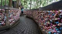 Spot unik Gembok Cinta dimana dinding pagar dipenuhi gembok