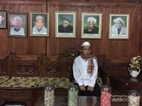 Mengunjungi rumah guru semasa mudanya dengan jajaran foto para pendahulu lainya yang sudah meninggal..