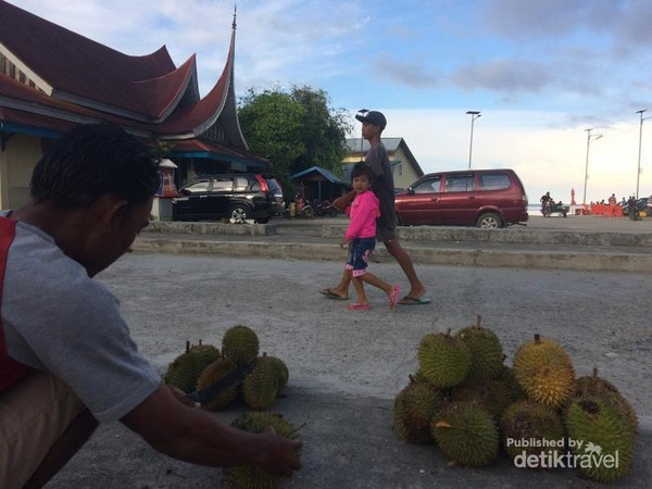 Suasana di Pelabuhan Tuapejat, Kab. Mentawai