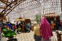 instalasi bambu di jembatan senggol