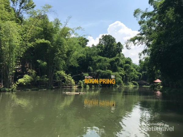 Air danau yang tenang dikelilingi kehijauan hutan bambo adalah pesona utama wisata Boonpring.