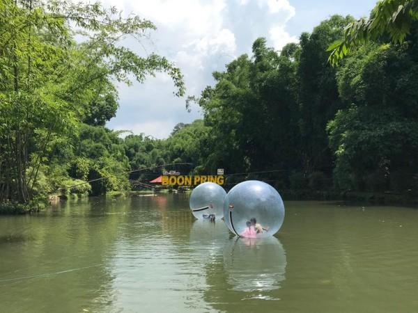 Balon air menjadi salah satu daya tarik wisata Boonpring. Anak-anak maupun dewasa, laki-laki maupun perempuan, menyukainya.