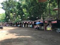 Deretan warung dan toko souvenir yang tertata rapi siap menyambut dan melayani wisatawan yang berkunjung.