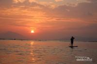 Mendayung Standup Paddle sambil menikmati indahnya matahari terbenam