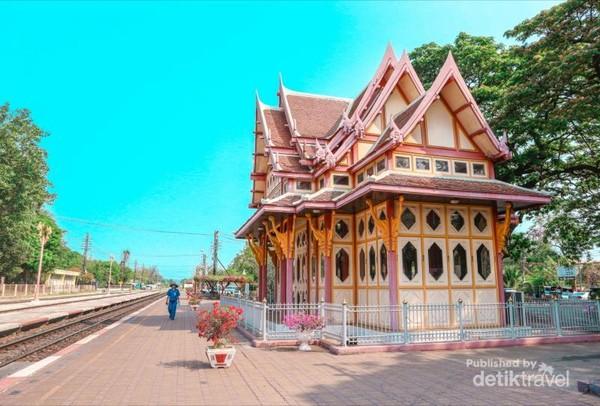 Bangunan ikonik stasiun Hua Hin yang jadi sudut favorit untuk berfoto