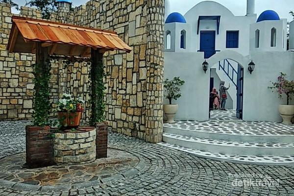 Spot Foto Area Santorini dengan sumur tua khasnya dan bangunan khas putih birunya.