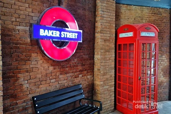 Spot foto Area Baker Street yang menyajikan nuansa bawah tanah Kota London.