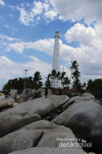 Pulau Lengkuas, pulau paling terkenal di Belitung dengan  ciri khas menara mercu suarnya.