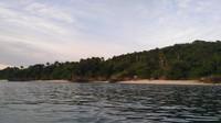 Pemandangan pantai dari tengah laut