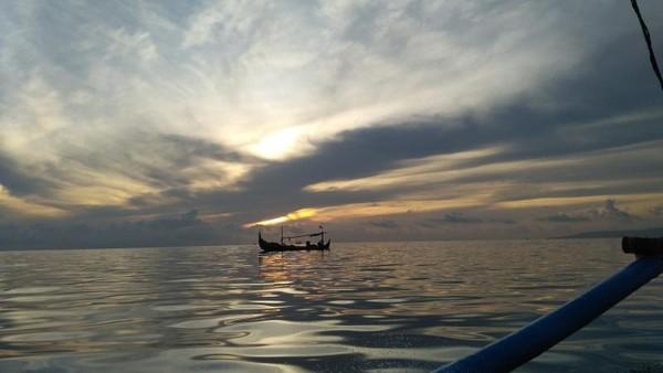 Matahari terbit di perjalanan menuju Teluk Biru