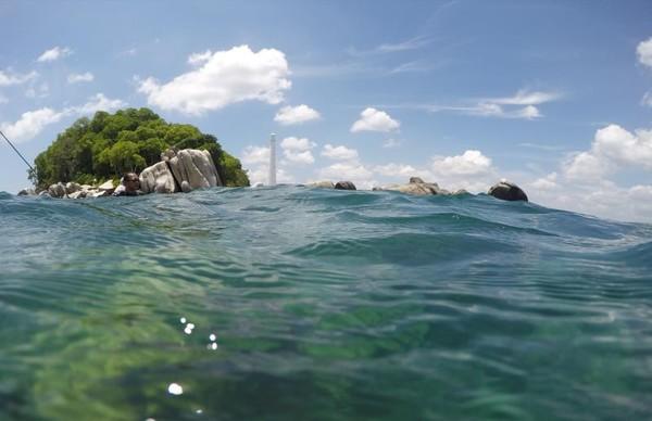 Pantai di Belitung dipenuhi oleh batuan besar yaitu batu granit, inilah yang membuatnya terlihat eksotis