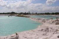 Destinasi unik lain di Belitung adalah Danau Kaolin, danau yang dulunya merupakan tempat masyarakat Belitung menambang secara besar-besaran
