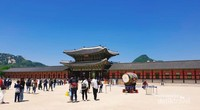 Genderang besar di letakkan di sudut-sudut lapangan upacara di Gyeongbuk Palace.