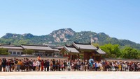 Wisatawan yang bersiap menyaksikan upacara pergantian pengawal di  Gyeongbuk Palace.