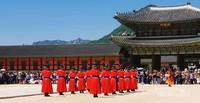 Para pengawal memasuki lapangan upacara.