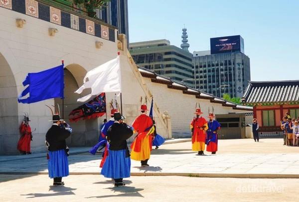 Prosesi peralihan kepala pengawal di  Gyeongbuk Palace.