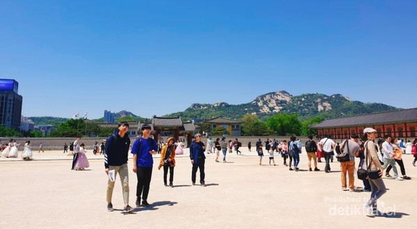 Wisatawan dapat bebas beraktivitas setelah upacara berakhir.