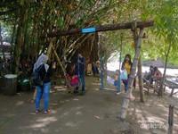 Permainan anak-anak di Pasar Kebon Empring
