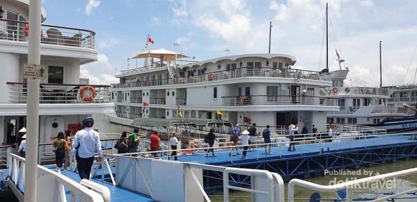 Kapal Pesiar dengan ukuran kecil yang sangat nyaman dan mewah untuk menyusuri Halong Bay