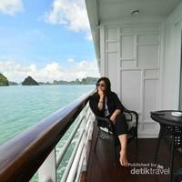 Menikmati keindahan Halong Bay dalam damai  .