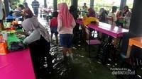 Banyak pengunjung yang datang tidak hanya untuk mencicipi makanan, tapi juga ingin merasakan sensasi makan bersama ikan