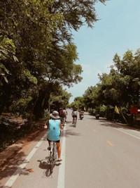 Dengan bersepeda kita juga jadi tahu bagaimana kawasan tempat tinggal penduduk lokal